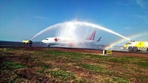 het eerste vliegtuig vertrekt vanaf de verlengde baan